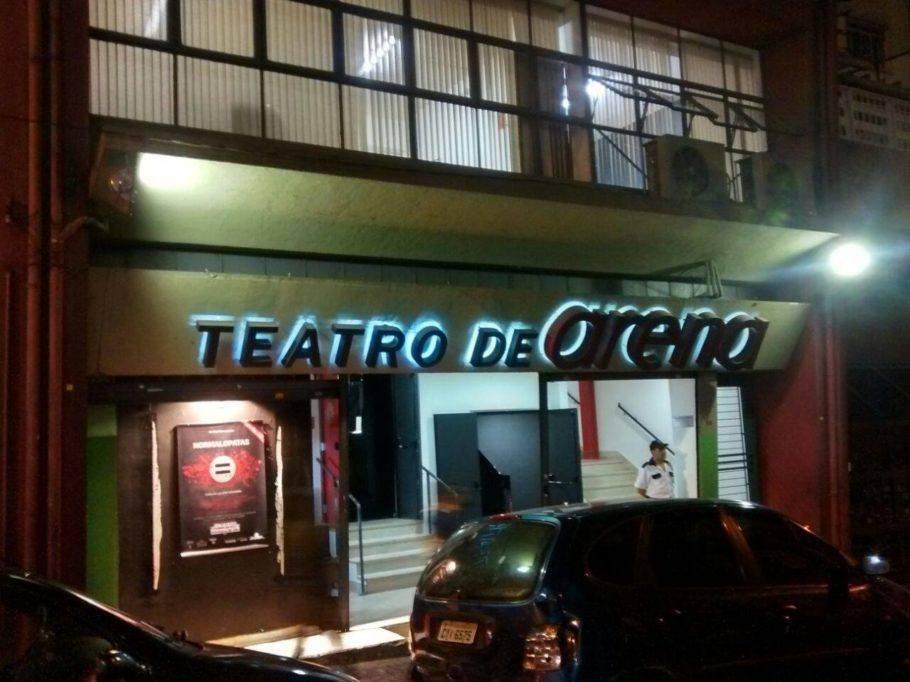 Fachada do Teatro de Arena durante a noite