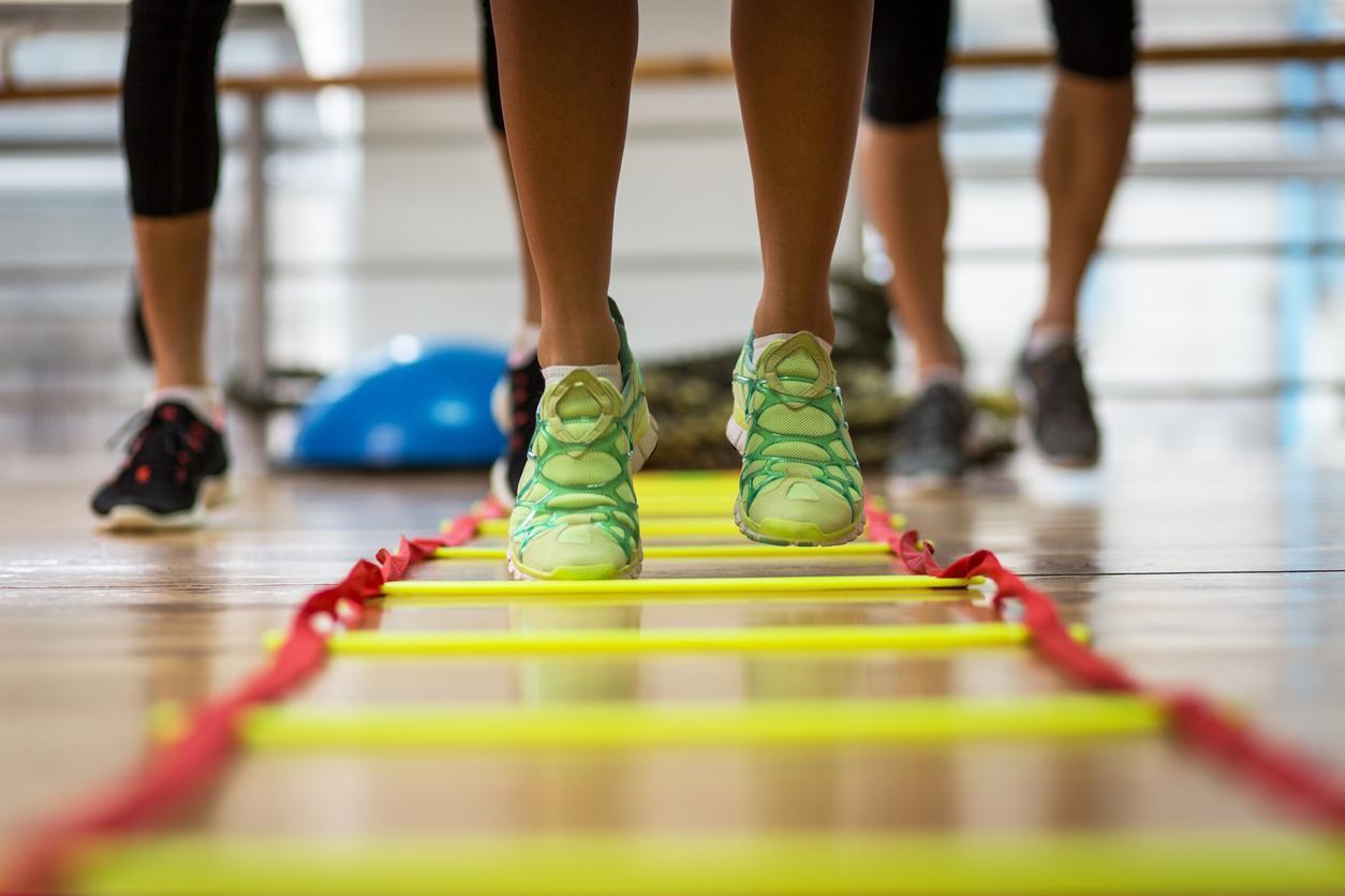 imagem fechada nos pés de praticantes de treinamento funcional