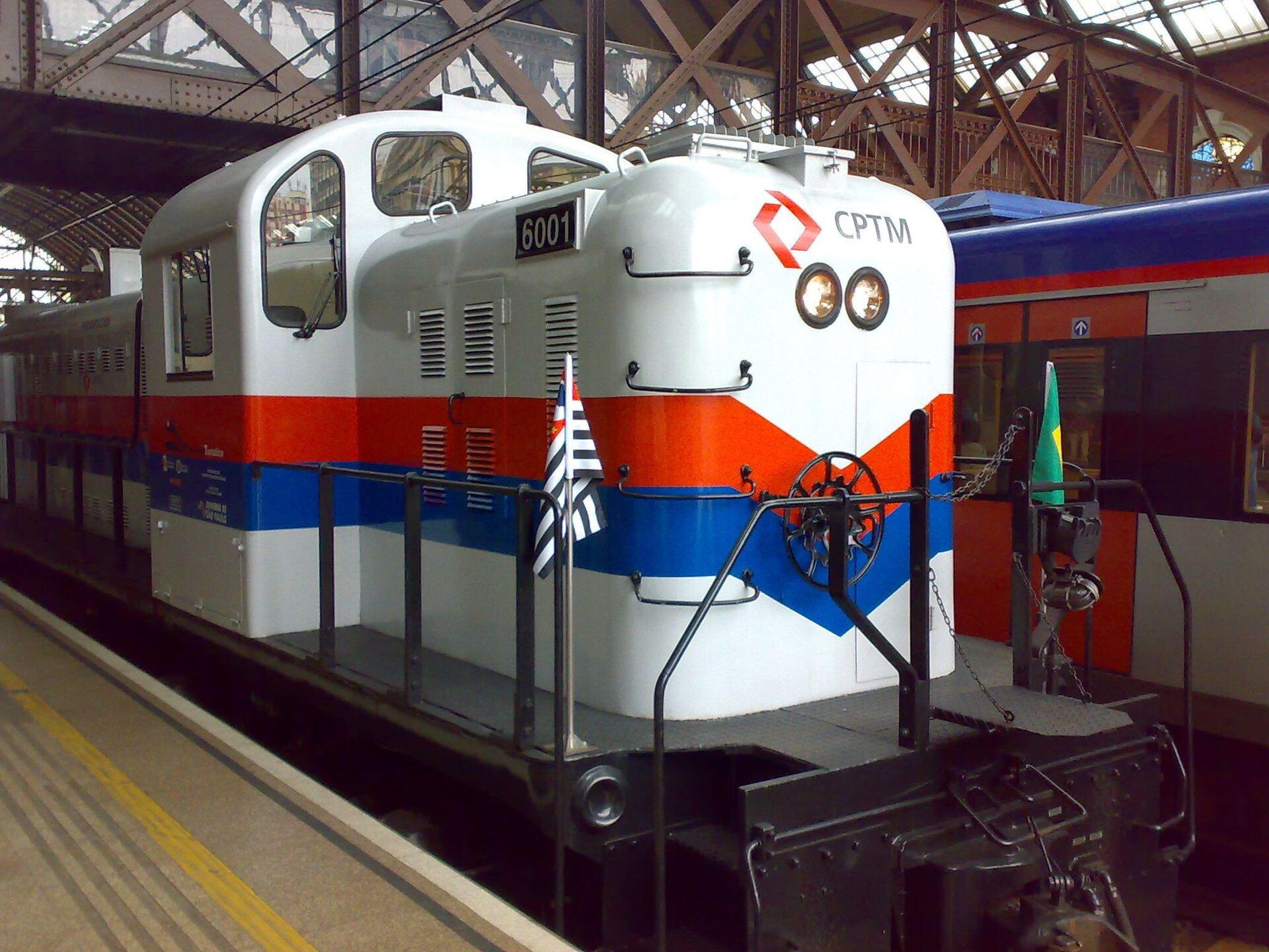 O passeio é feito a bordo de uma locomotiva a diesel da CPTM, modelo Alco RS-3, de 1952,
