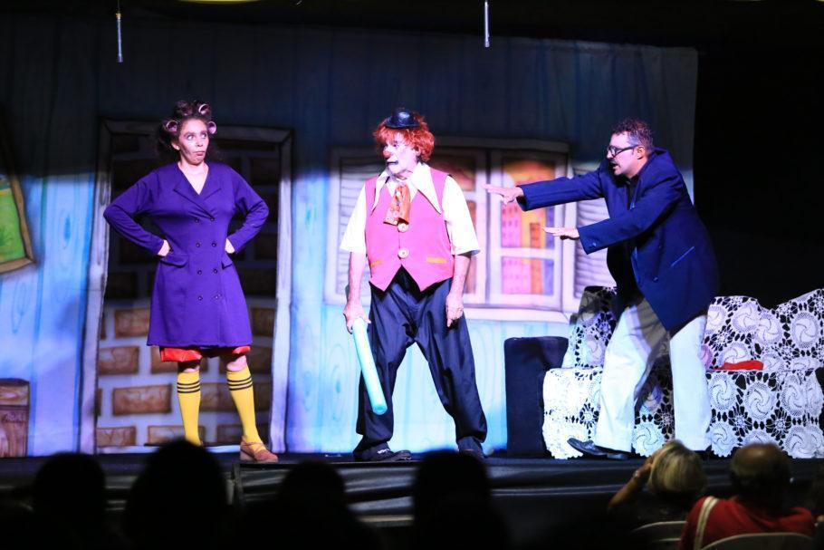 três atores em cena na peça