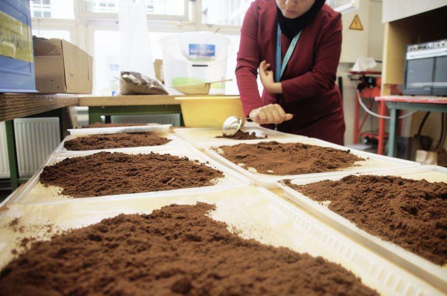 A produção leva borra de café, resina e cera naturais, entre outros materiais