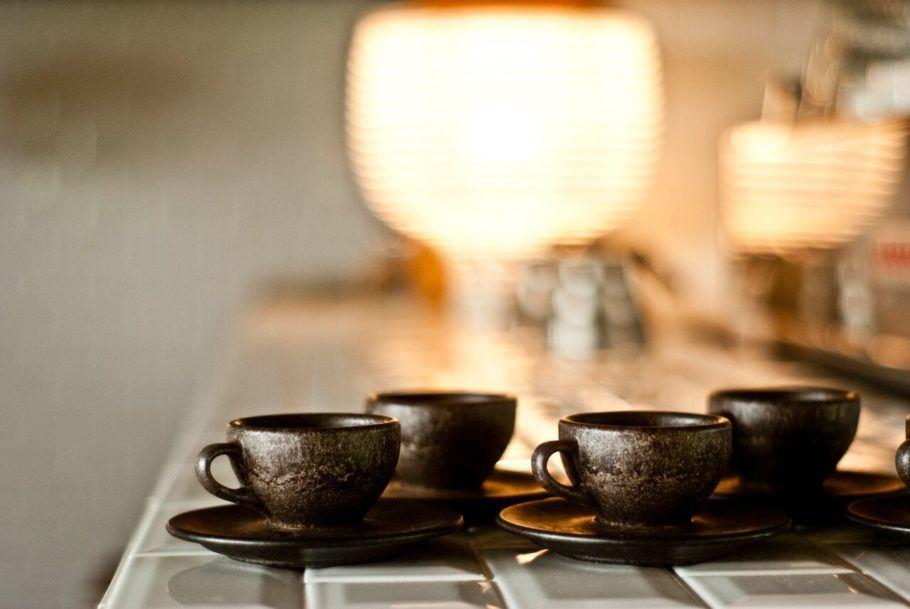 O produto tem um leve aroma de café e aspecto de madeira