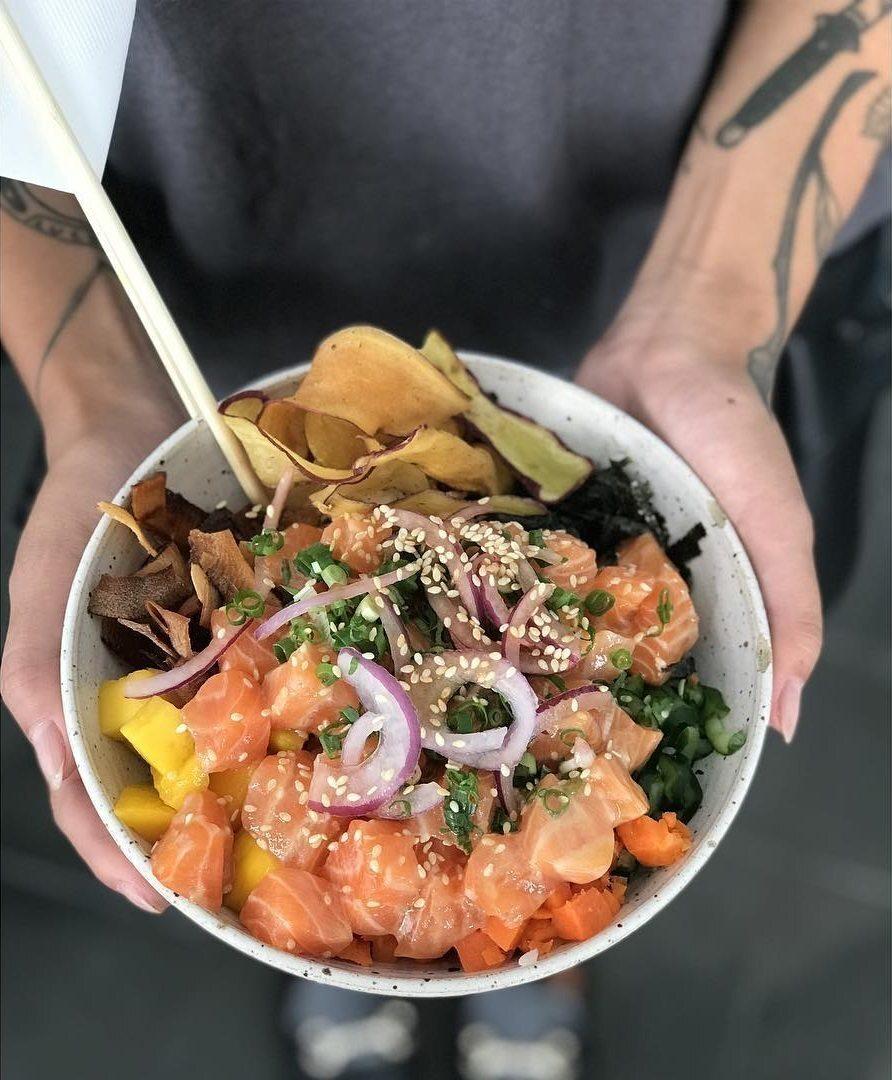 O poke é um verdadeiro paraíso pra quem curte uma comida leve, saborosa e preparada com cubinhos de peixe cru de salmão e atum, além de versões vegetarianas com shitake e shimeji, ou com frutos do mar