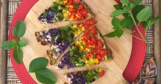 Pizza vegana de arco-íris tem massa low carb de couve-flor