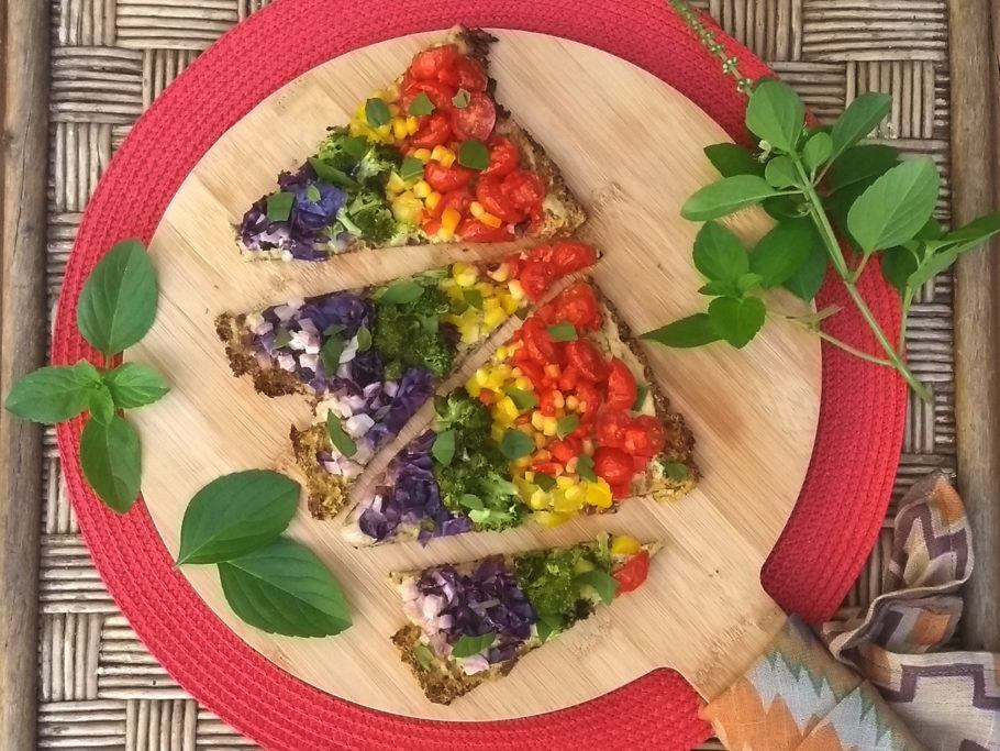 Pizza vegana arco-íris com massa low carb de couve-flor