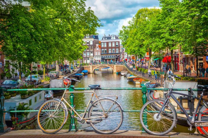 iStockphoto É possível fazer uma parada em Amsterdã (foto) ou Paris utilizando a mesma passagem