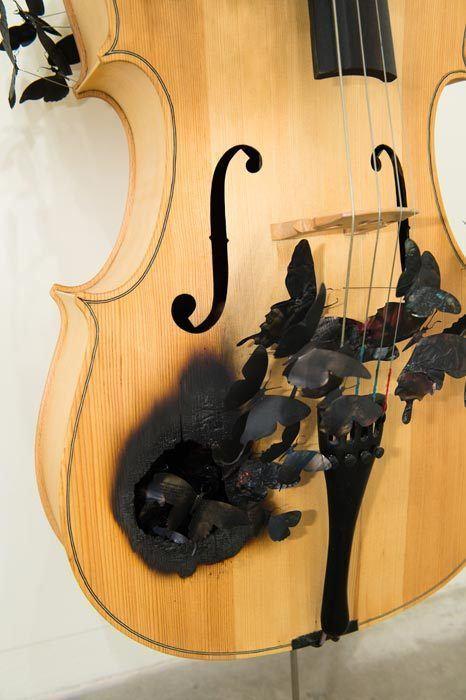 Nessa obra, as borboletas saem de um violoncelo