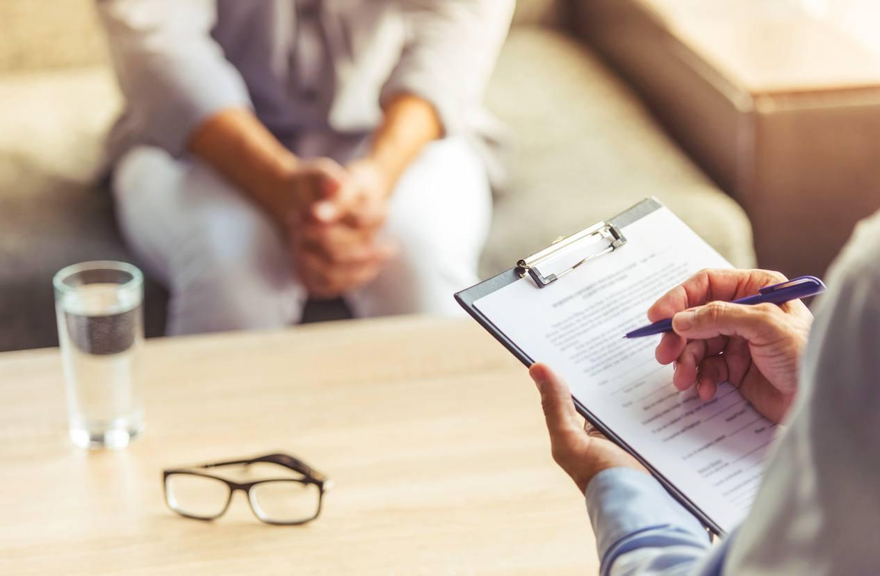 psicóloga atendendo paciente em consultório