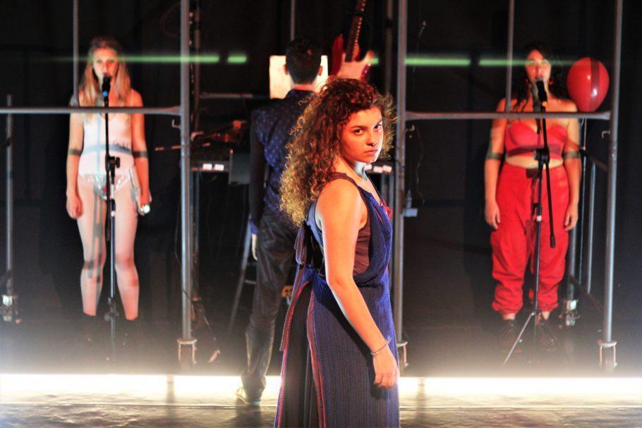 3 atrizes em pé no palco