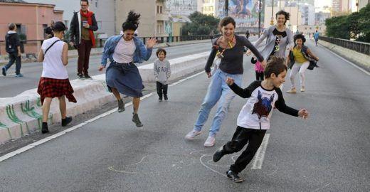 Dança ao ar livre mostra para crianças o poder criativo da cidade