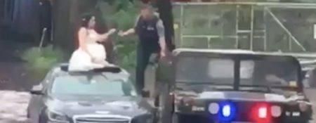 Noiva sendo resgata por policial após alagamento