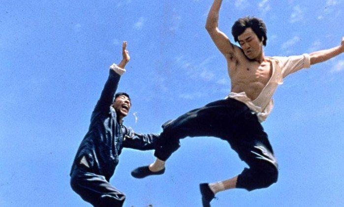 Bruce Lee lutando com um homem em um de seus filmes