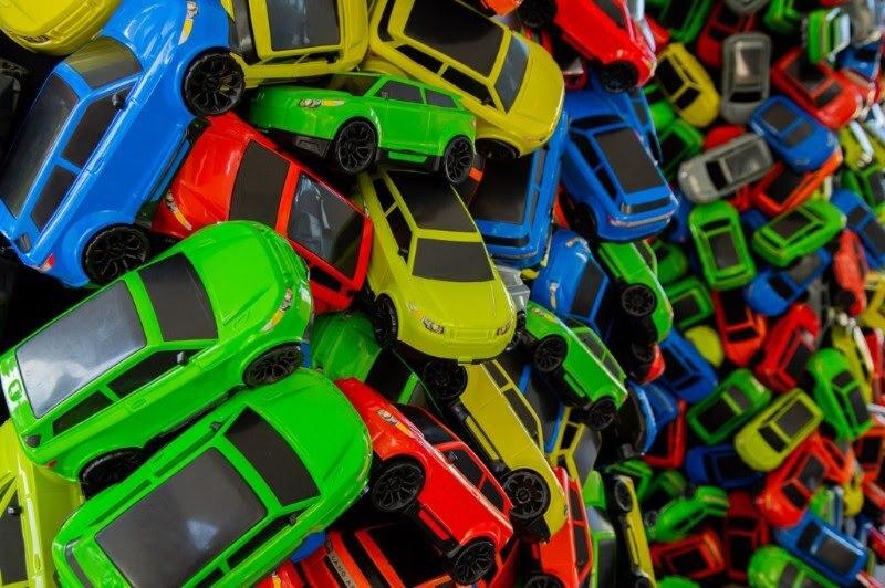 Detalhe da Instalação criada com 4 mil carrinhos de brinquedo de plástico