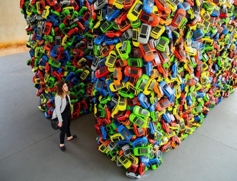 Instalação criada com 4 mil carrinhos de brinquedo de plástico
