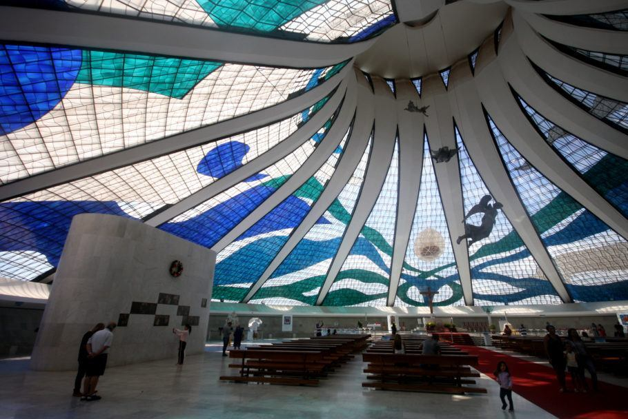Interior da Catedral de Brasília, projetado pelo arquiteto Oscar Niemeyer