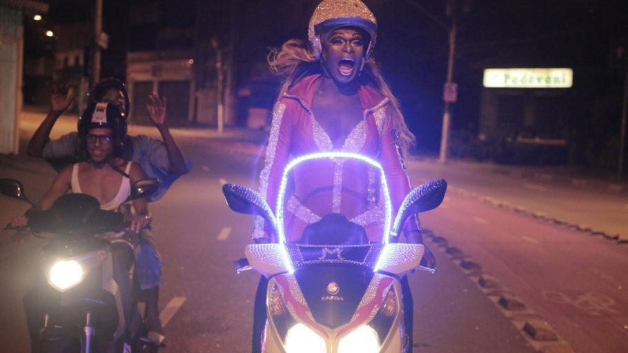 """Foto fo filme """"Corpo Elétrico"""", com diversos atores em motos a noite"""
