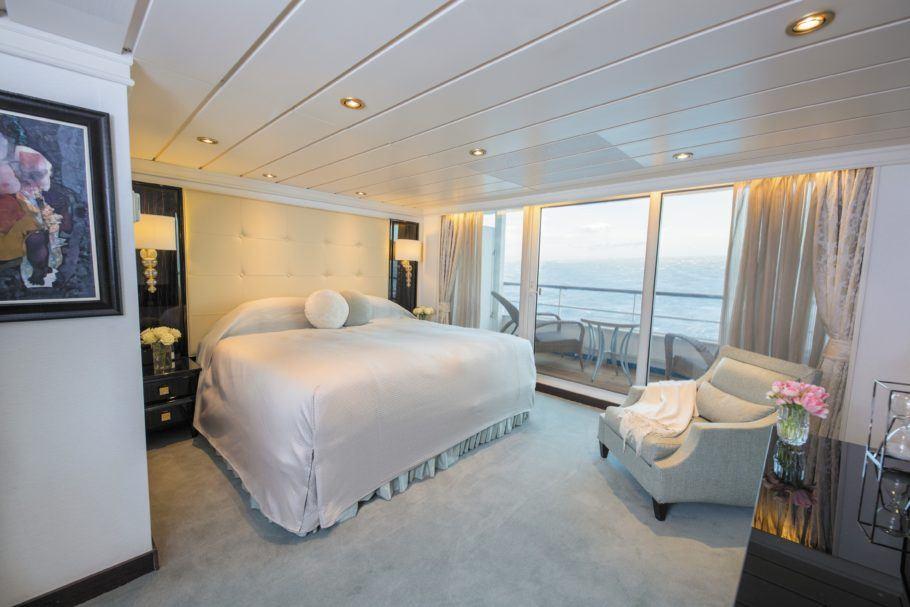 Interior de uma das suítes do Seven Seas Mariner