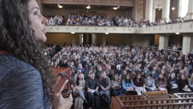 sala cheia de alunos em Yale