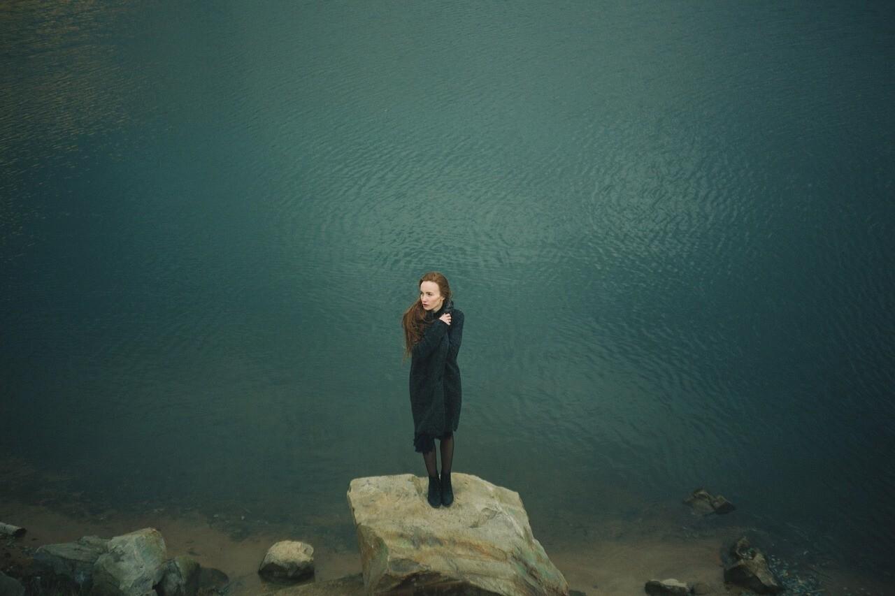 mulher triste sozinha perto do mar