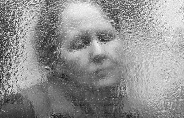 mulher atrás do vidro