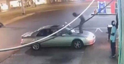 Inconformado com fora, homem quebra carro de mulher lésbica
