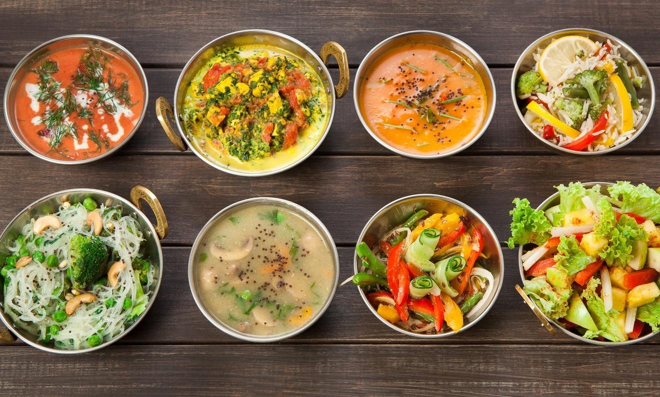 vários pratos de comida com muitos vegetais