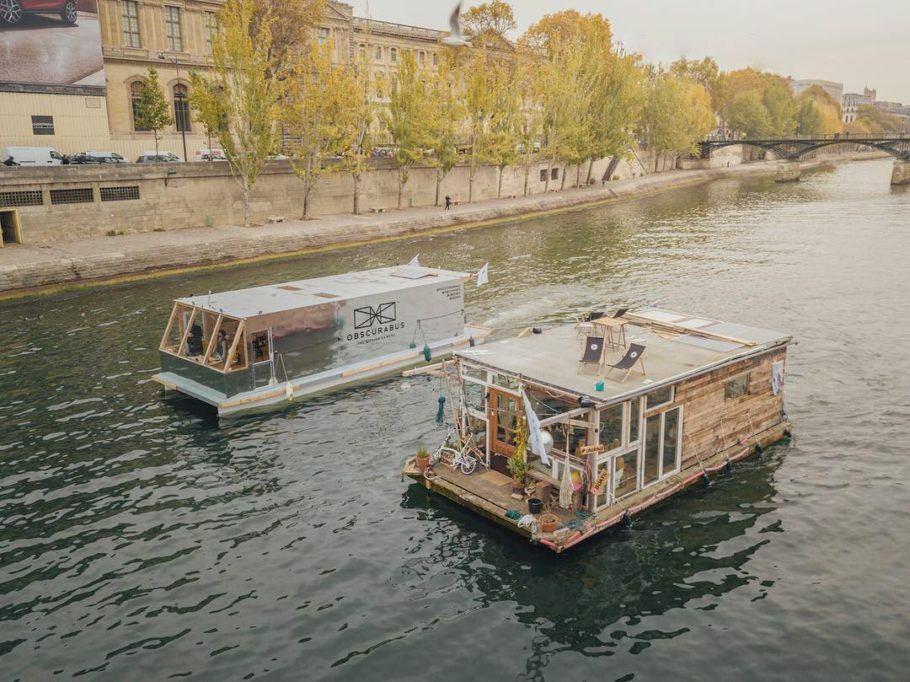 O estudo do meio ambiente é conduzido pelos artistas com o uso de duas embarcações
