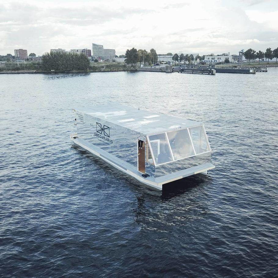 Um dos barcos funciona como uma câmera fotográfica sobre a água