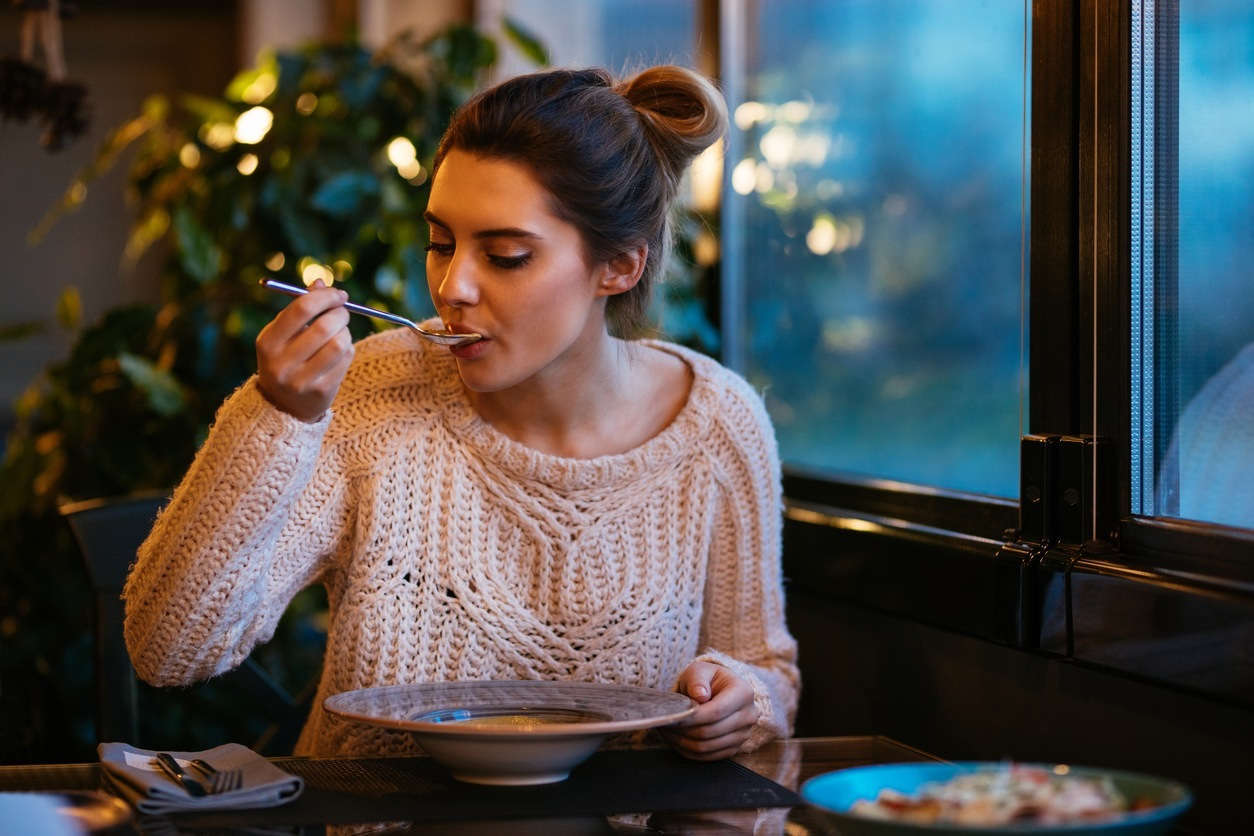 mulher comendo