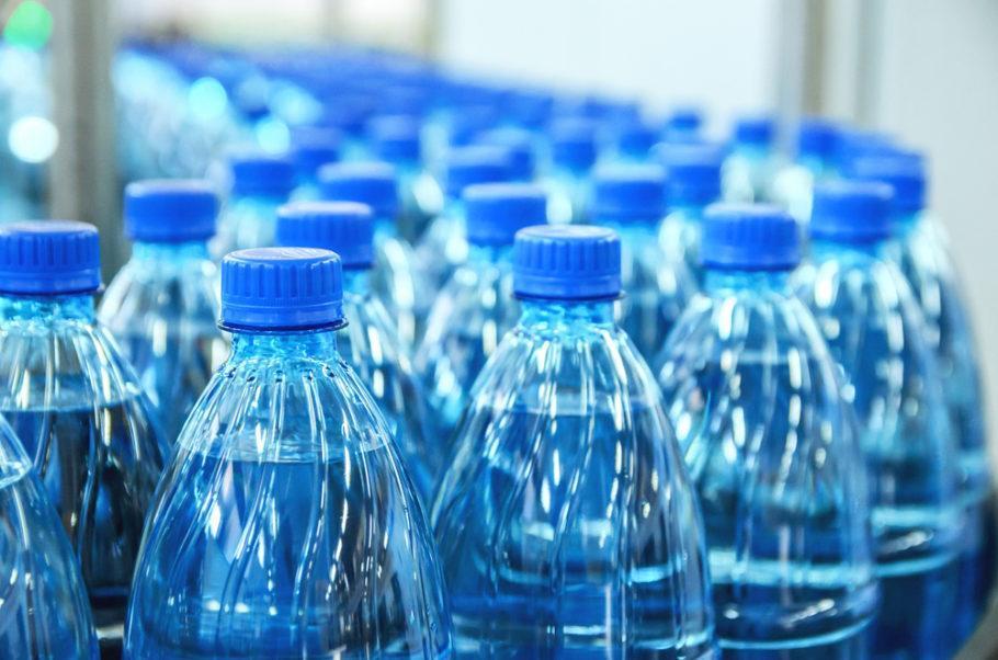 Reutilizar a garrafa de água de plástico pode provocar contaminação