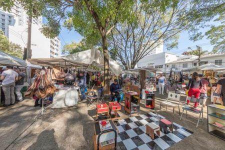 Feira da Praça Benedito Calixto é perfeita para as mães que adoram coleções ou coisinhas vintage