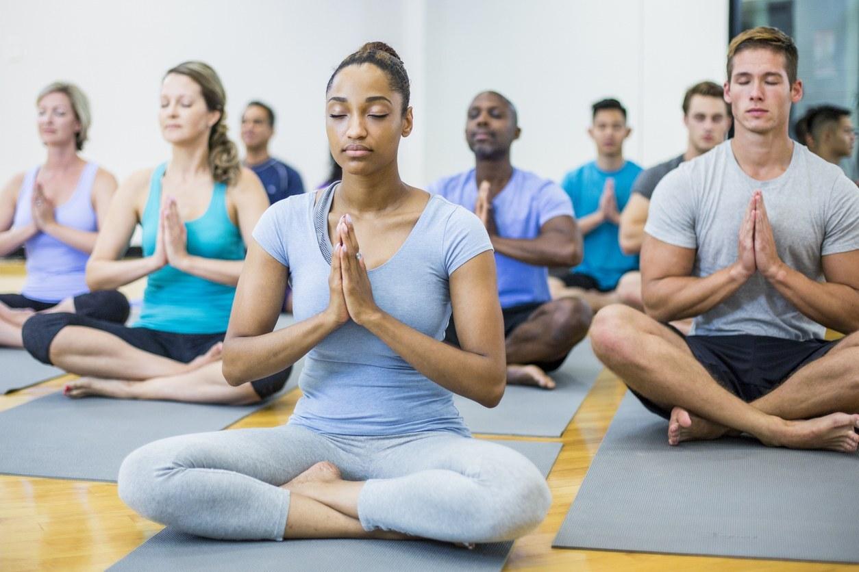 Grupo de pessoas sentadas praticando meditação