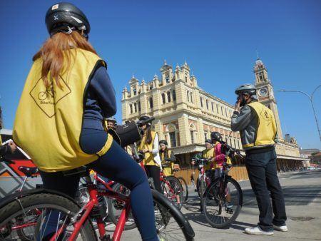 passeio de bike em frente à Estação Júlio Prestes