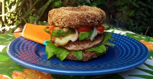 Sanduíche vegano leva cogumelo empanado em vez de pão; aprenda