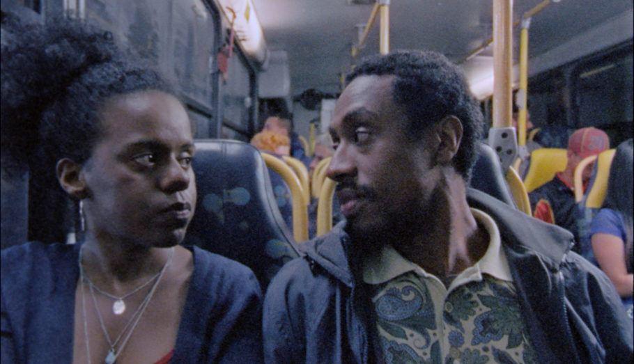 """Foto do curta """"Maria"""", em que uma mulher e um homem negros conversam em um ônibus"""