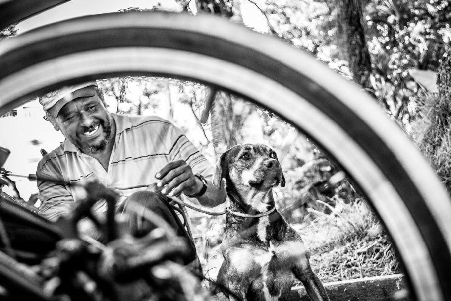 Foto em preto e branco de morador de rua e seu cão