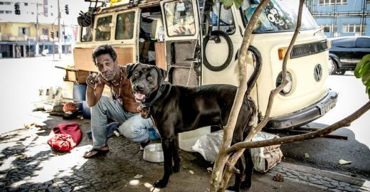 Exposição revela amizade entre moradores de rua e seus cães