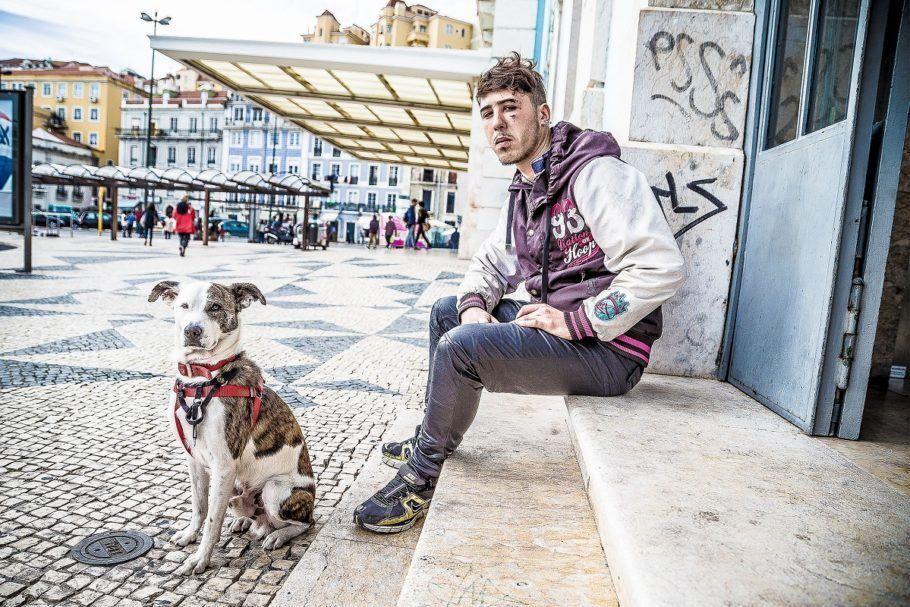 Morador de rua sentado e seu cão