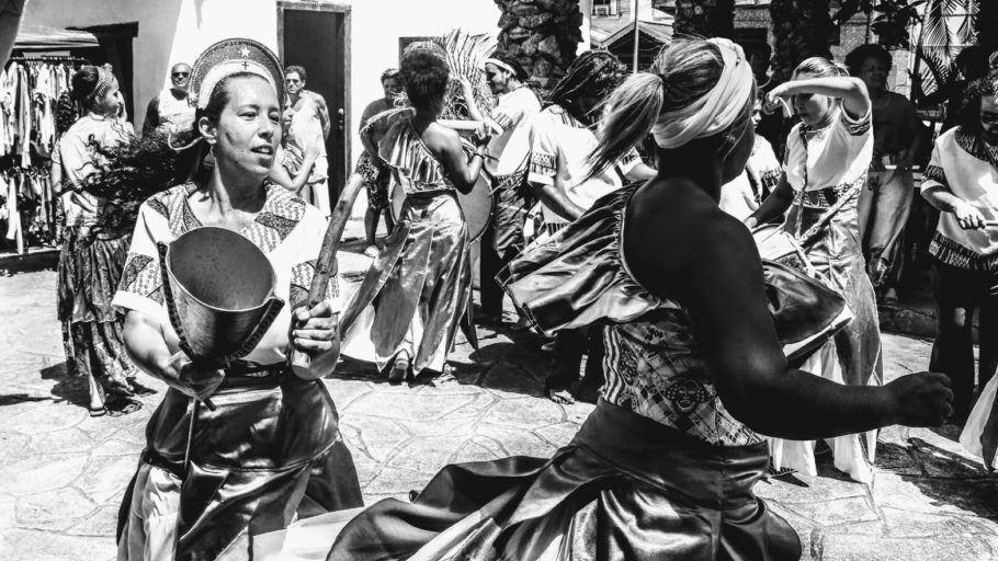 Foto em preto e branco de maracatu