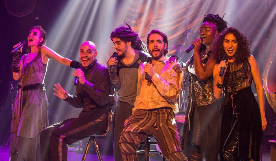 Cena do musical 'Amor Barato – O Romeu e Julieta dos Esgotos'