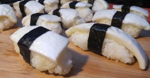 Coco verde substitui peixe cru em sushi vegano; aprenda a receita