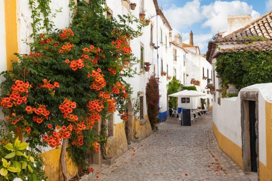 Ruelas do vilarejo medieval de Óbidos, na região central de Portugal
