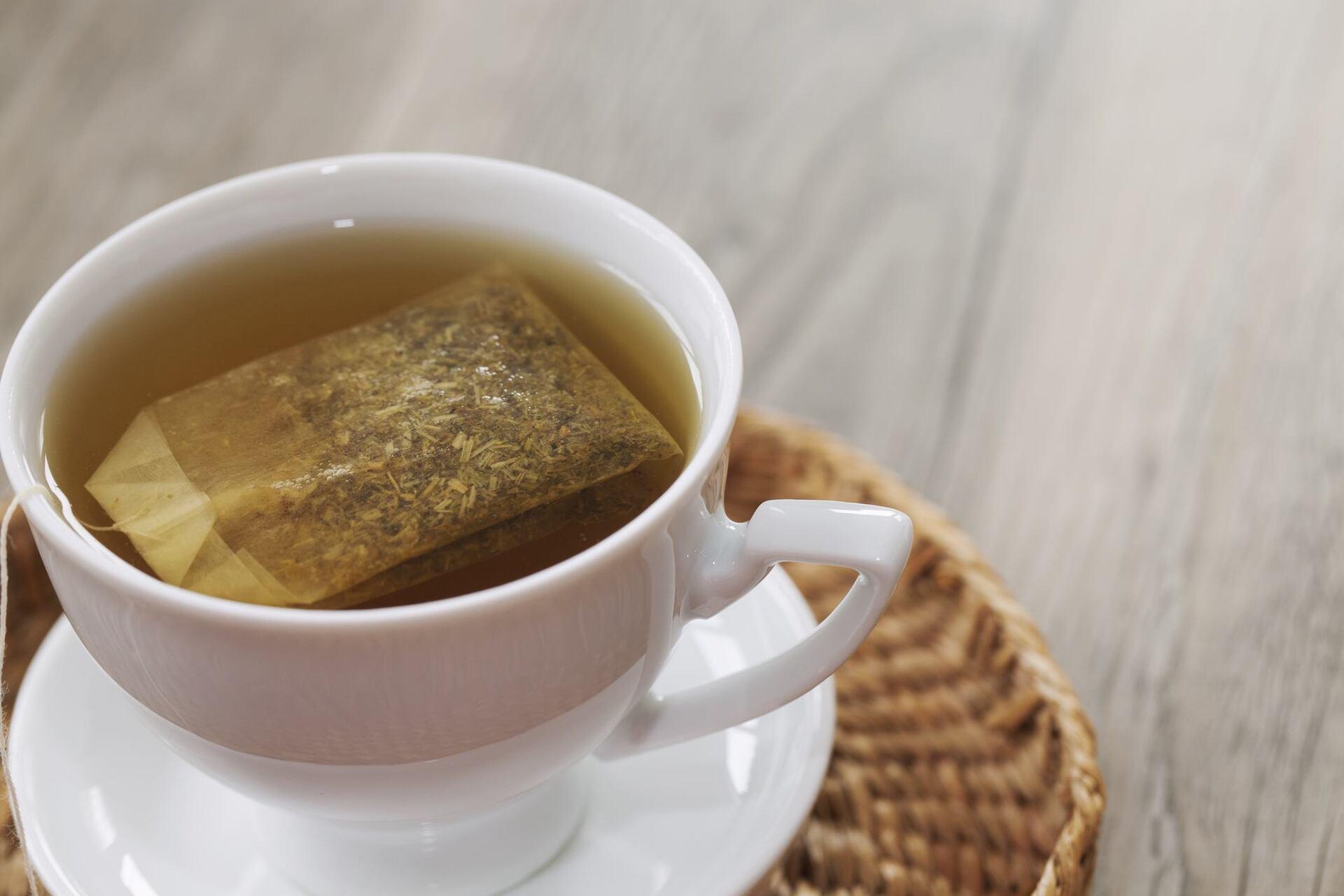 Xícara com chá de camomila