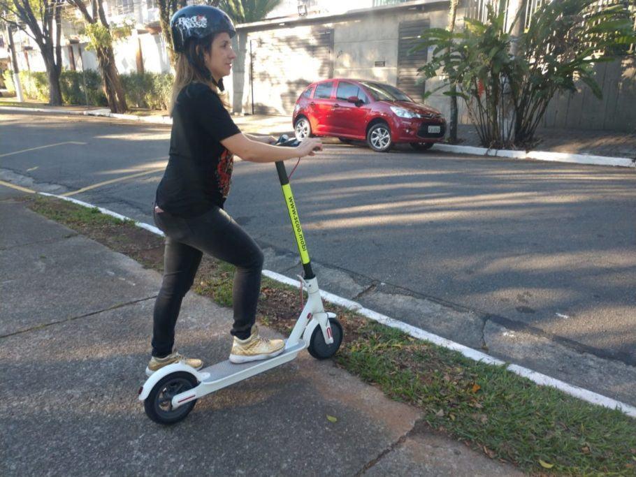 Para dirigir o patinete elétrico compartilhado, é obrigatório o uso de capacete