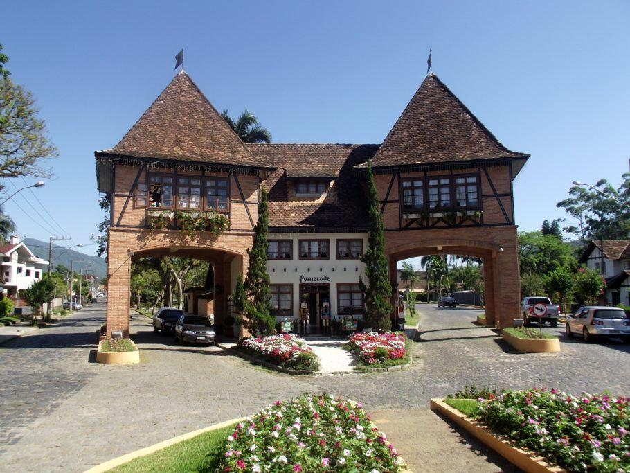 Portal de entrada de Pomerode; cidade tem o maior número de construções no estilo enxaimel fora da Alemanha