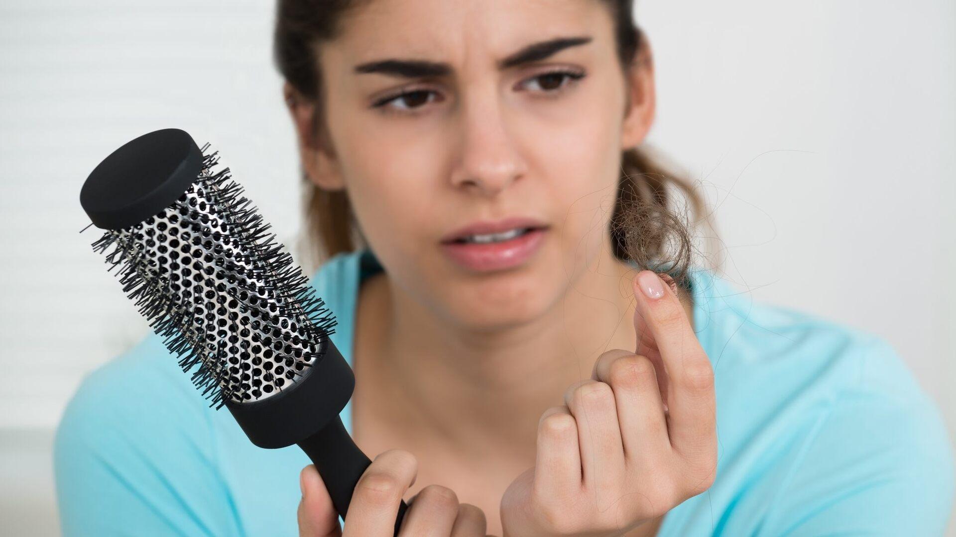 Mulher com problema de queda de cabelo