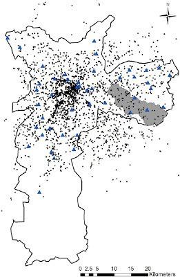 Os triângulos azuis são pluviômetros em São Paulo, e os pontos pretos, os tweets relacionados a chuva, durante o período analisado pelos pesquisadores