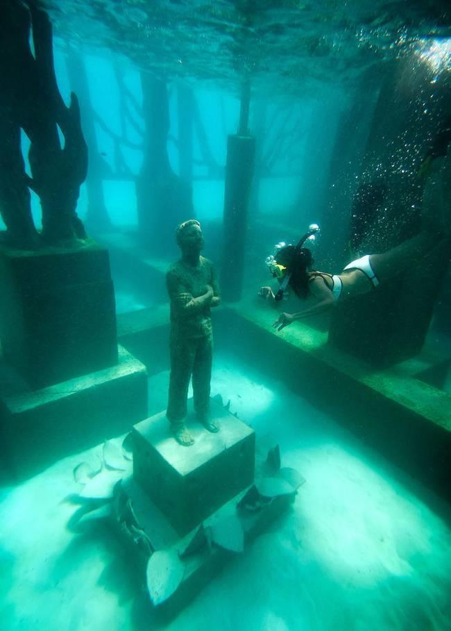 No fundo do oceano, as esculturas se tornam nichos de procriação e abrigo de espécies marinhas