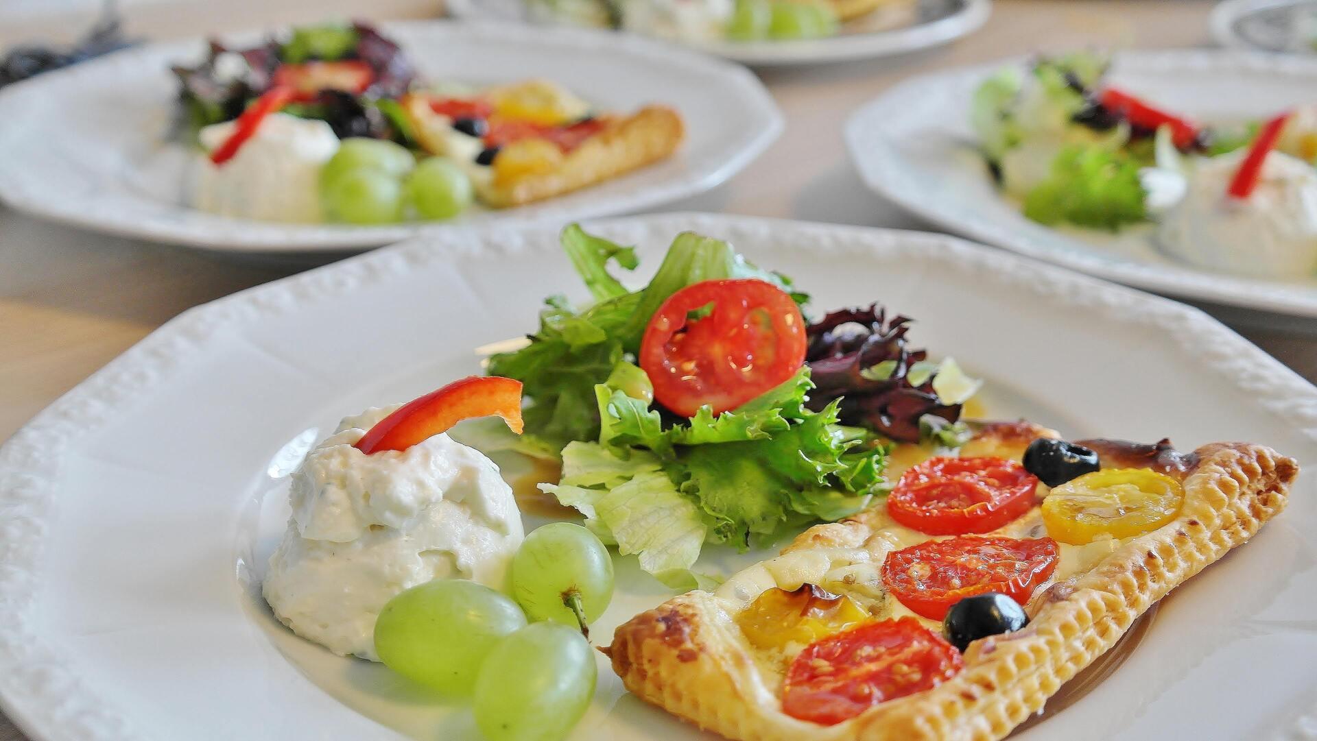 prato com salada e pizza