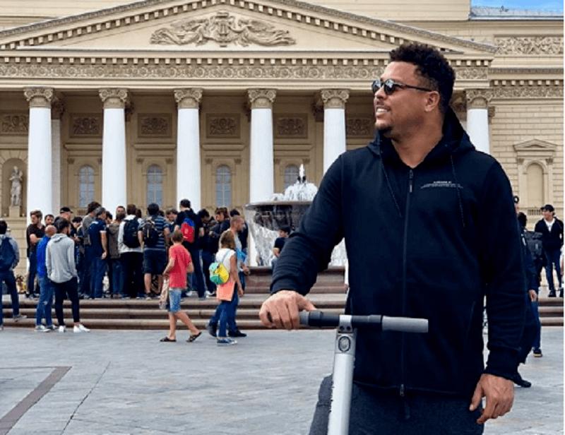 Ronaldo Fenômeno passeia de patinete pela Rússia